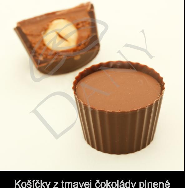 Pralinky-Kosícky-z-tmavej-cokolady-plnene-nugatom-a-celym-lieskovym-orieskom